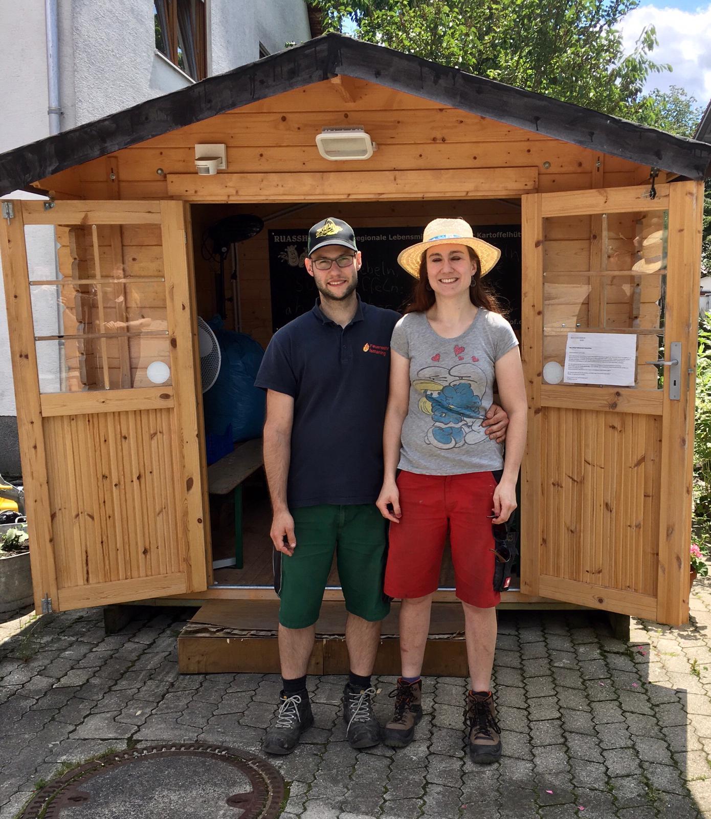 Jungbauer Bernhard und Jungbäuerin Fee vorm Selbstbedienungshofladen